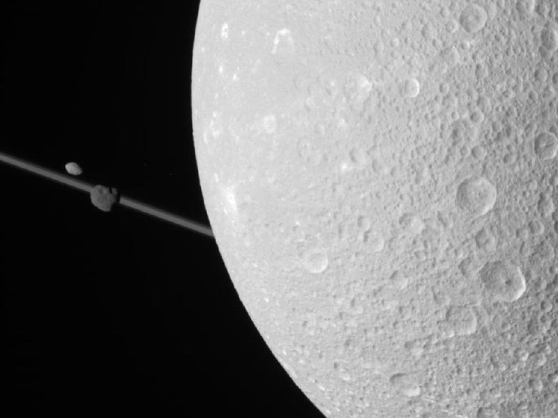 Cassini-dione-saturn-moon