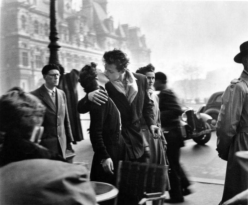 Il-bacio-dellhotel-de-ville-1950_c2a9-atelier-robert-doisneau